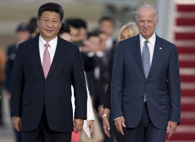 美聯社報導指, 美中關係是2020年總統大選的重要議題,川普與白登要互比誰對中國更強硬。圖為時為副總統的白登,2015年9月在馬里蘭州安德魯空軍基地機場迎接到訪的中國國家主席習近平。(美聯社)