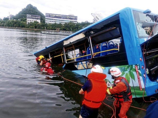 中國貴州一輛公車突然急轉彎墜入湖中,導致司機在內全車21人死亡的慘劇,12日警方公布調查結果。 (路透)