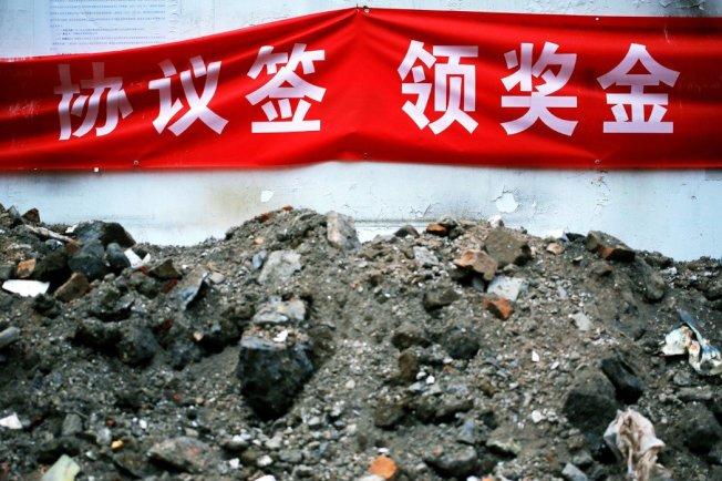 原先張包鋼向廠區承租的公房,也在今年6月8日由其與西秀區住建局簽訂了《自管公房搬遷補助協議》,由住建局發放7萬多人民幣的搬遷獎勵金,但張包鋼卻始終沒有領取這個補助款。圖為示意圖,北京拆遷。(歐新社)