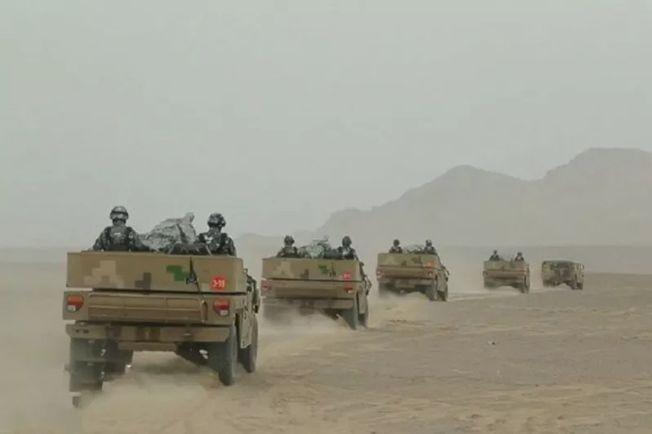 解放軍新疆軍區部隊增兵開往中印邊界。(取材自中國軍網)