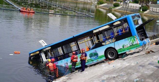 貴州公車事故原因曝光,司機因對其租房拆遷不滿而蓄意衝入湖中。(取材自微博)