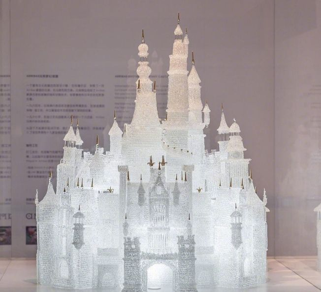 上海玻璃博物館價值45萬人民幣的「玻璃城堡」的小朋友撞毀。(取材自微博)