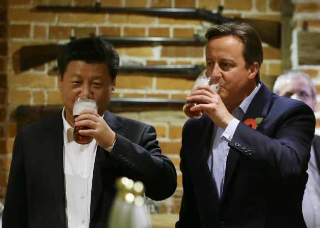 前英國首相卡麥隆2015年10月以英式待客方式,請到訪的中國國家主席習近平在契克斯莊園附近酒吧共進一杯。 (美聯社)