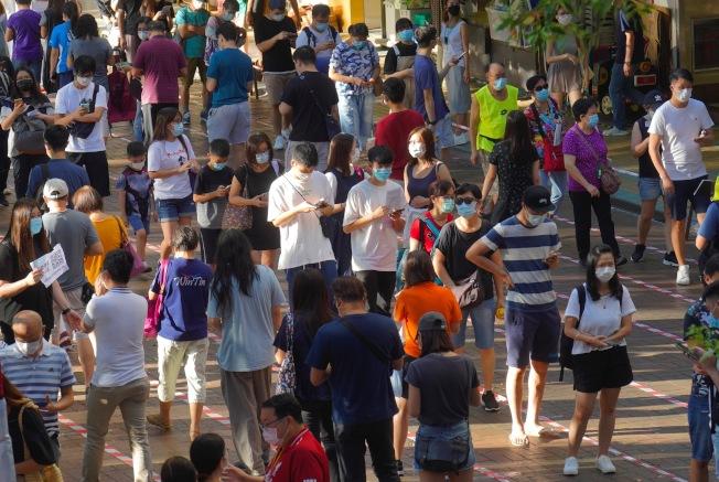 香港民主派立法會議員初選12日投票, 電子投票者加上現場投票,總計參與民主派初選投票的港人超過60萬,出乎意料。圖為年輕一代排長隊投票。(美聯社)