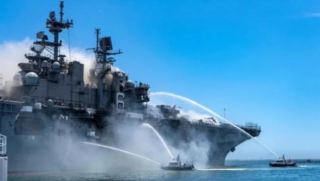 美國加州聖地牙哥母港的美軍兩棲攻擊艦「好人理查」號12日驚傳爆炸起火,到目前為止,至少有21人受傷送醫,大都是吸入性嗆傷和輕微燒傷。圖╱GettyImages