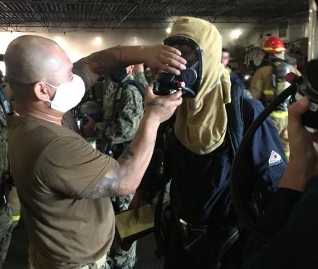 初步報告顯示火是從井圍甲板燒起來的。聖地牙哥消防局長史托爾(Colin Stowell)表示到目前為止共有17名海軍和4名平民受傷。路透