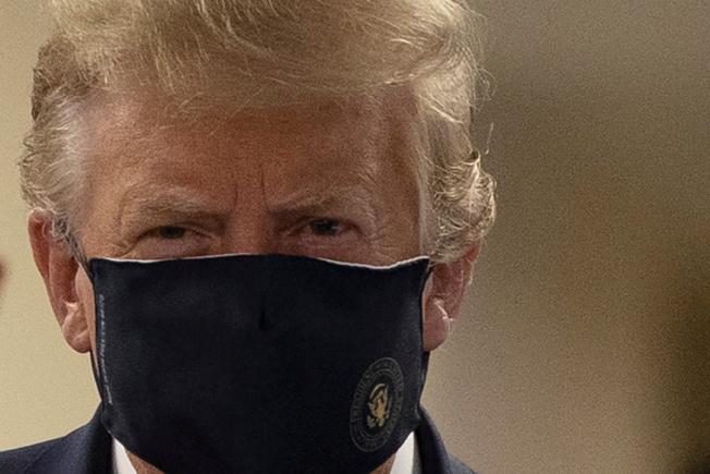 日前難得戴上口罩的川普13日再藉由轉貼推文,持續質疑佛奇等公衛官員。路透