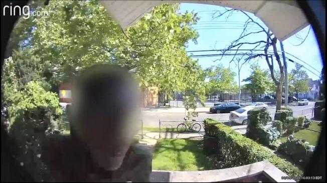 外賣遞送員送餐至皇后區一民宅後,向門上吐口水。(ABC7視頻截圖)