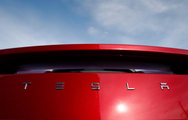 交易平台的資料顯示,散戶投資人熱愛特斯拉(Tesla)的股票。(美聯社)