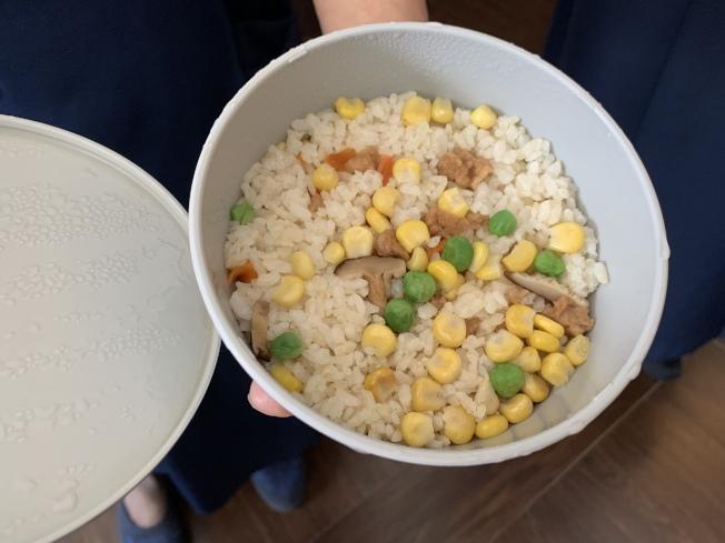 「蔬食溫暖包」內的香積飯和香積麵經熱水沖泡便可即時食用。(記者賴蕙榆/攝影)