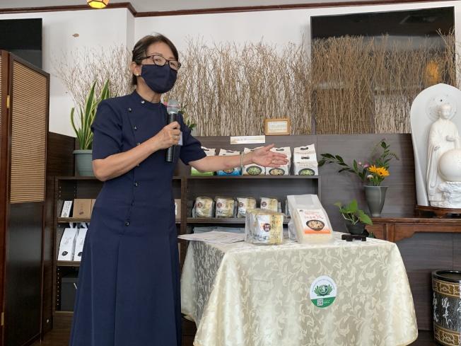 蔣珊珊表示,「蔬食溫暖包」內的香積飯和香積麵經熱水沖泡便可即時食用。(記者賴蕙榆/攝影)