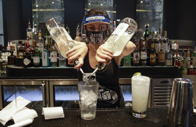 加州州長紐森13日下令暫時禁止室內酒吧營業。(美聯社)