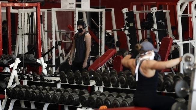健身房6月剛重開不久,即日起又將關閉室內活動部分。(美聯社)