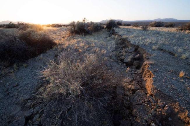 去年6月6日加州發生芮氏規模7.1的地震,178號公路的路面出現大洞。(Getty Images)
