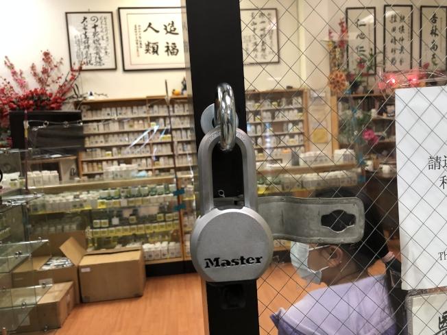 盜竊案頻發,華埠永旺商場商戶紛紛更換新鎖。(記者劉先進/攝影)