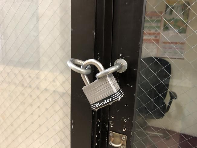被盜診所已將撬壞的門鎖更換。(記者劉先進/攝影)