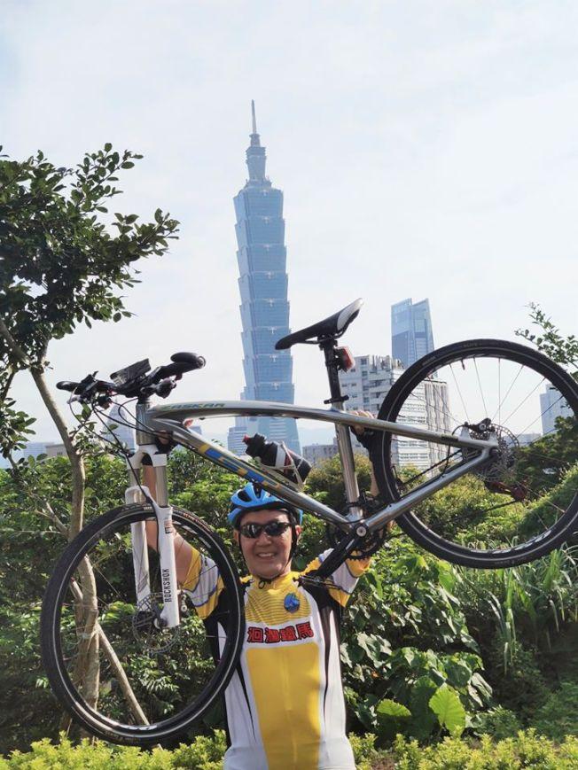馬英九在台北101前雙手舉起單車,向大家展現70歲的強壯體力。(取材自臉書)