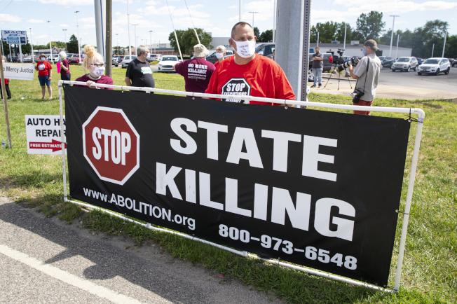 反對死刑的抗議者14日聚集在印第安納州Terre Haute抗議。美聯社