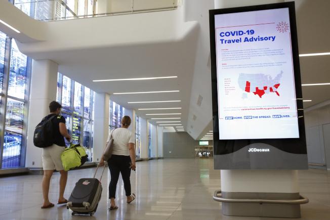 14日起,飛達紐約、新州、康州機場的涉及900條航線的外州旅客,都需要填寫個人資料收集表並告知旅行計畫。圖為紐約拉瓜地亞機場(LaGuardia Airport)機場。(美聯社)