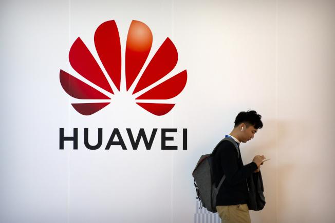英國政府也宣布禁止華為參與英國5G網路建設。美聯社