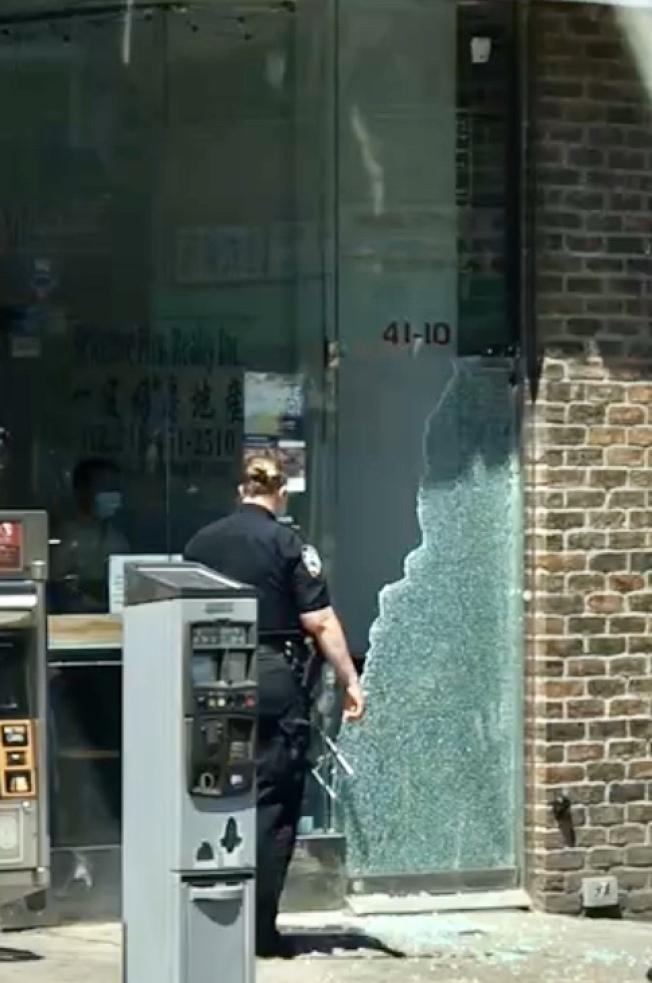 法拉盛緬街上一棟商業樓的入口玻璃被砸。(讀者提供)