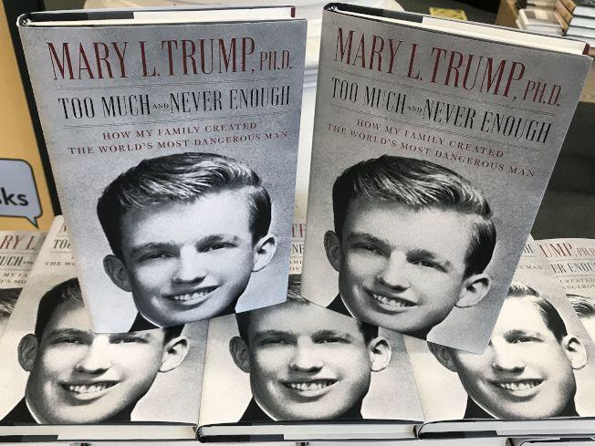 川普總統姪女瑪麗.川普(Mary Trump)的新書「坐擁一切卻永不滿足:我的家庭如何造就全世界最危險的男人」上市。圖為紐約市曼哈頓一家書店擺出的新書。(路透)