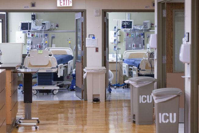 新冠住院病人人數激增,灣區病床快不夠用。(美聯社)