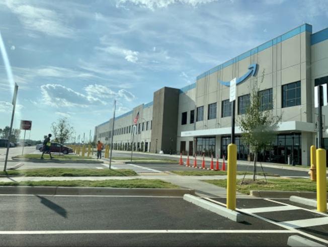 亞馬遜在夏樂市建立的24小時營業的發貨倉庫。(取自amazonclt4網站)