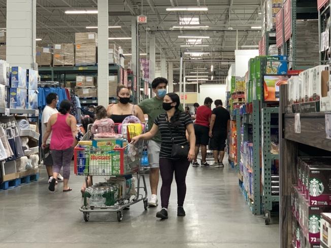 長島出現的群聚感染,讓紐約州長葛謨頗為憂心,提醒民眾一定要戴口罩並保持社交距離。(記者曹健╱攝影)