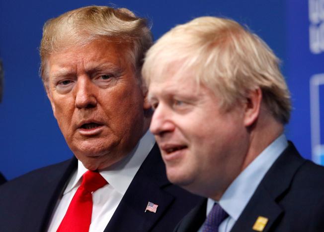 在美國強大遊說下,英國首相強生(右)14日宣布英國的營運商需在2027年前全部撤換5G網路已安裝的華為設備。英國的5G網路,華為已出局。(路透)