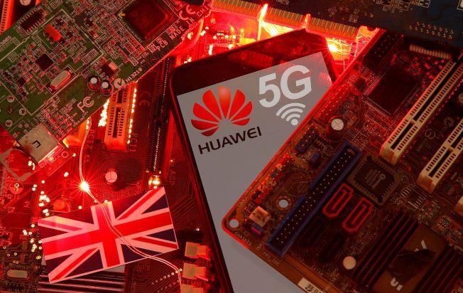 英國14日宣布營運商需在2027年前全部撤換5G網路已安裝的華為設備。圖為華為手機。(路透)