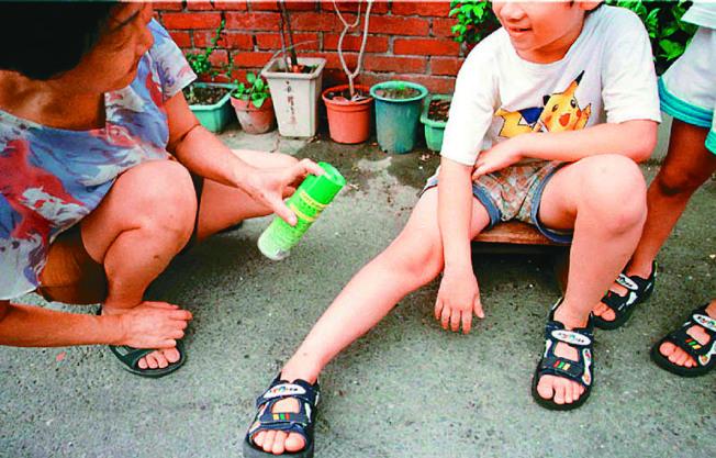 只要裸露在外的皮膚都應該塗抹防蚊液。(本報資料照片)