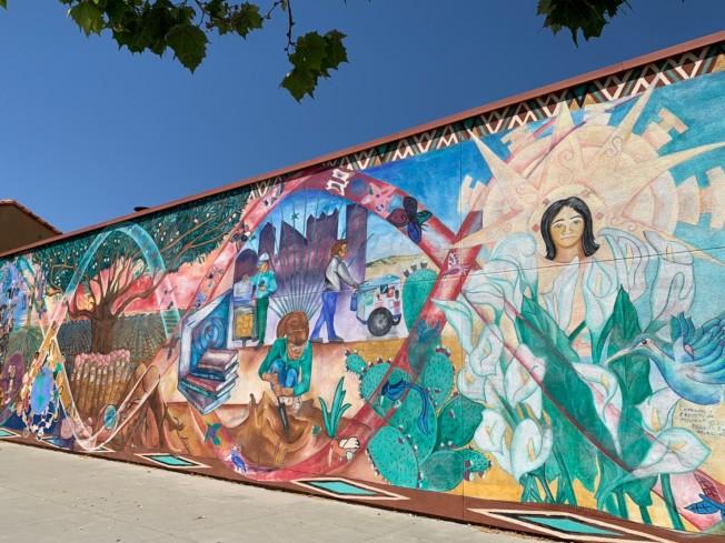 東聖荷西原住戶多是勞工階層和新移民,又以西語裔、越南裔為主,圖為墨西哥文化中心外牆。(記者江碩涵/攝影)