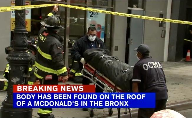 男死者被抬走。(ABC7視頻截圖)