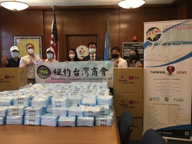 紐約台灣商會日前捐皇后區公所5萬片口罩,左三起:江俊霖、李珍宰、張俊裕。(紐約台灣商會提供)