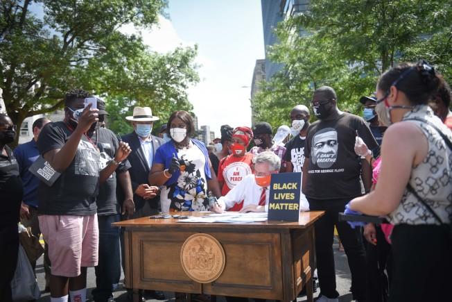 白思豪在布朗士參與「黑人的命也是命」街道塗畫後,簽署六條警務改革法案。(市長辦公室提供)