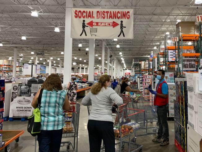 維州多數商家都有提醒民眾戴口罩並保持社交距離的標示。(記者張筠 / 攝影)