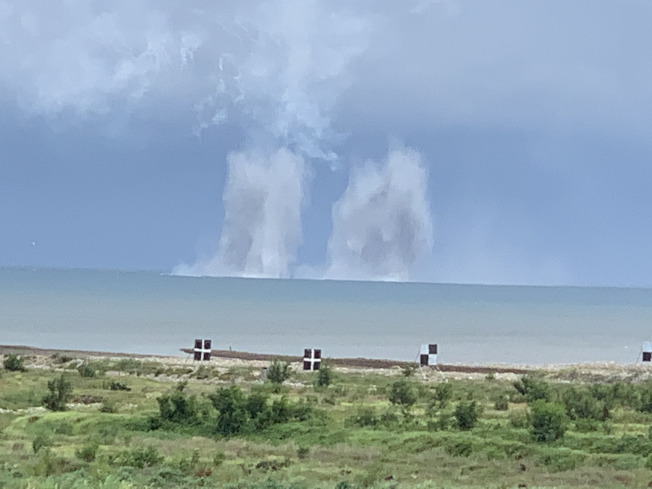 戰機投擲炸彈命中目標。(記者洪哲政/攝影)
