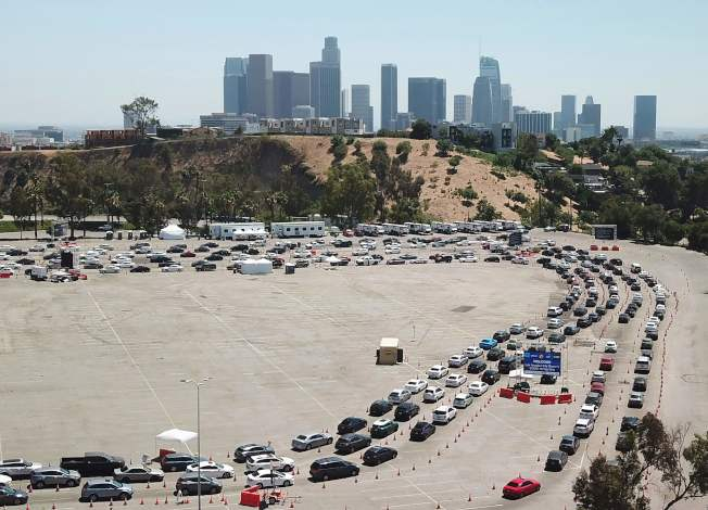 加州民眾駕車在道奇體育館排隊,等待做病毒檢測,加州新冠疫情升高,單日新增確診14日以1萬1126例破紀錄。(Getty Images)