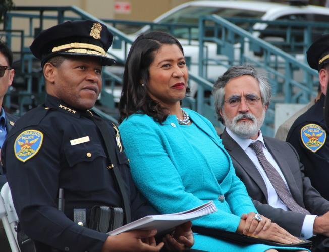 舊金山主流政界均傾向減少警察經費,市長布里德(中)也已經下令警察不再介入非犯罪化的活動。(本報檔案照片)