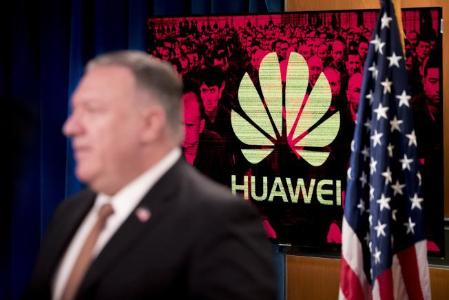 國務卿龐培歐15日在國務院舉行的記者會中宣布,將對協助中共侵犯人權的部分中國籍華為雇員實施簽證限制。至於美國何時禁用抖音,他表示正在聽取公私意見中,將會是一系列作法。(美聯社)