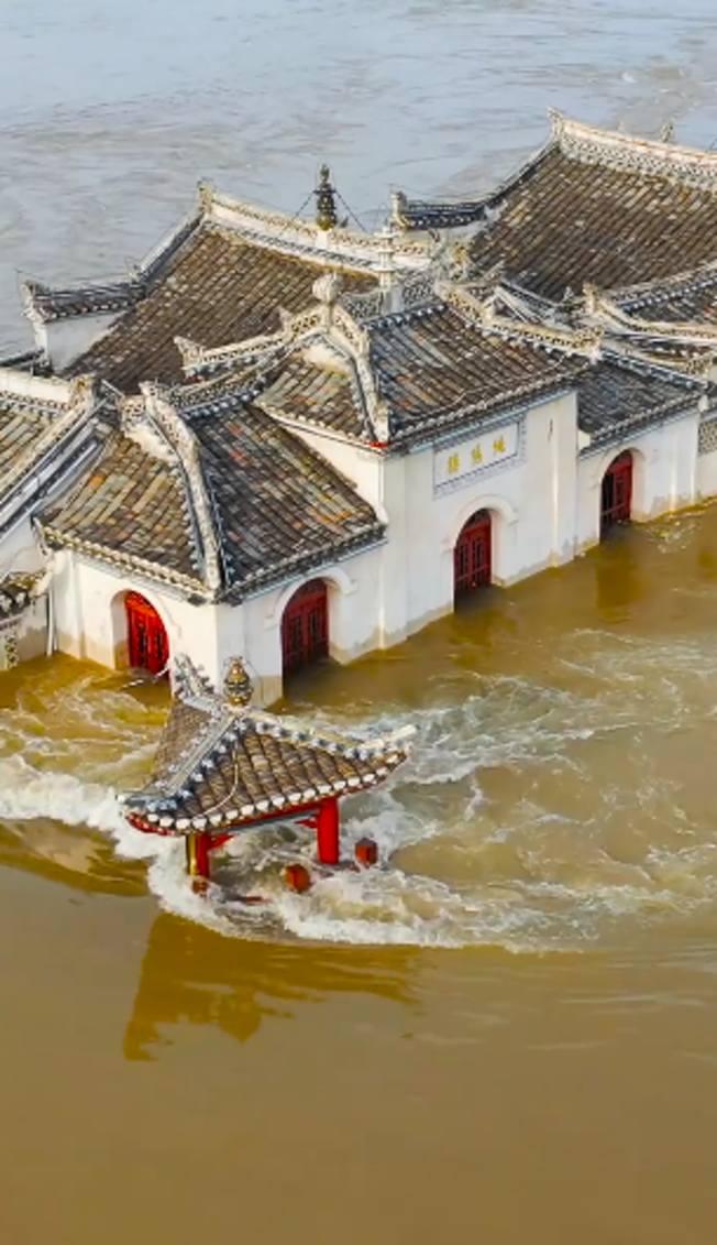 近日洪峰過境時的鄂州觀音閣。(視頻截圖)