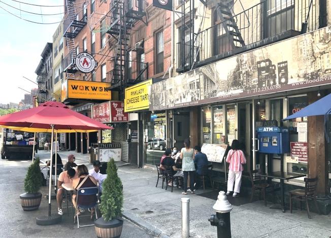 餐館室內堂食不在紐約市重啟第四階段的計畫中,圖為曼哈頓華埠勿街的餐廳,在門外擺餐桌招待食客。(記者洪群超/攝影)