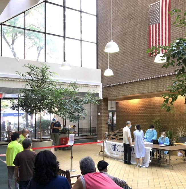 亞美醫師協會15日為百餘名長者與護理員提供病毒篩檢服務。(亞美醫師協會提供)