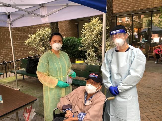 104歲的吳先生(中)15日首次接受新冠肺炎病毒的檢測。(亞美醫師協會提供)