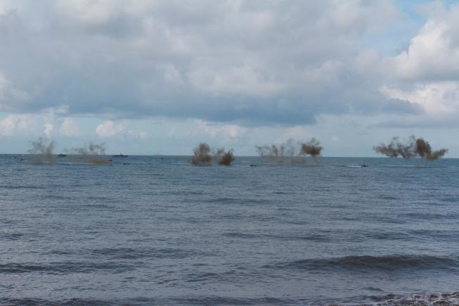 登岸前,兩棲突擊登陸車在海上發射干擾彈,並施放煙幕,作為登岸前掩護。(記者陳弘逸/攝)影