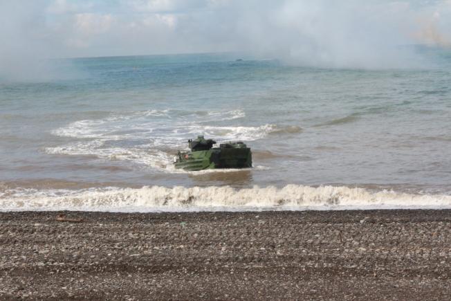 陸戰隊從外海由中和級中平號戰車登陸艦,運載數量AAV7兩棲突擊登陸車執行搶灘任務。(記者陳弘逸/攝影)