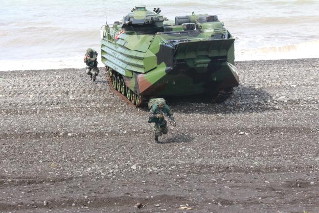 兩棲突擊登陸車登岸後,先由車上砲台實施掩護射擊,隨後由車內步兵下車展開搶灘。(記者陳弘逸/攝影)