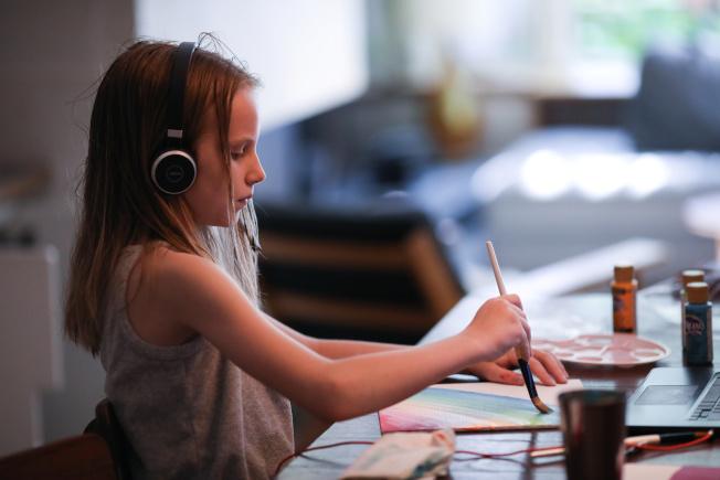 紐約疫情雖緩和,紐約人仍不敢掉以輕心,住在布魯克林的小女孩在自家練習書法。(路透)