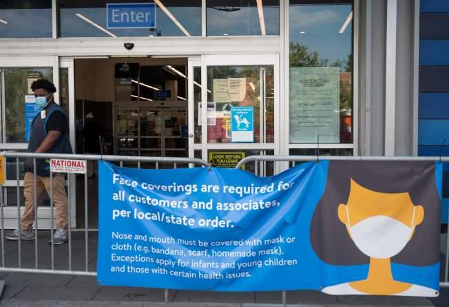 華盛頓特區的沃爾瑪商店在門口告示請戴上面罩。沃爾瑪下周起將要求所有進店的客人戴口罩。(Getty Images)